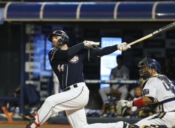 In this file photo taken Oct. 20, 2017, Nick Evans of the Doosan Bears goes down swinging against the NC Dinos with the bases loaded at the top of the sixth inning in Game 3 of their Korea Baseball Organization postseason series at Masan Stadium in Changwon, South Gyeongsang Province. (Yonhap)