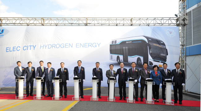 Hyundai Motor representatives and Korean government officials on Thursday held an inauguration ceremony for its new hydrogen-powered bus. Hyundai Motor will give its new hydrogen fuel cell buses a first test in Ulsan early next year after going through government authentication procedures. If approved, Hyundai Motor will become the first company to deploy a hydrogen bus in a commercial bus line. (Hyundai Motor)