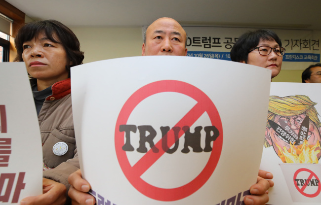 Activists from an association of 220 left-wing civic groups hold up placards that express their opposition to US President Donald Trump's upcoming visit to Korea scheduled for Nov. 7-8, during a press briefing in central Seoul, Thursday. (Yonhap)
