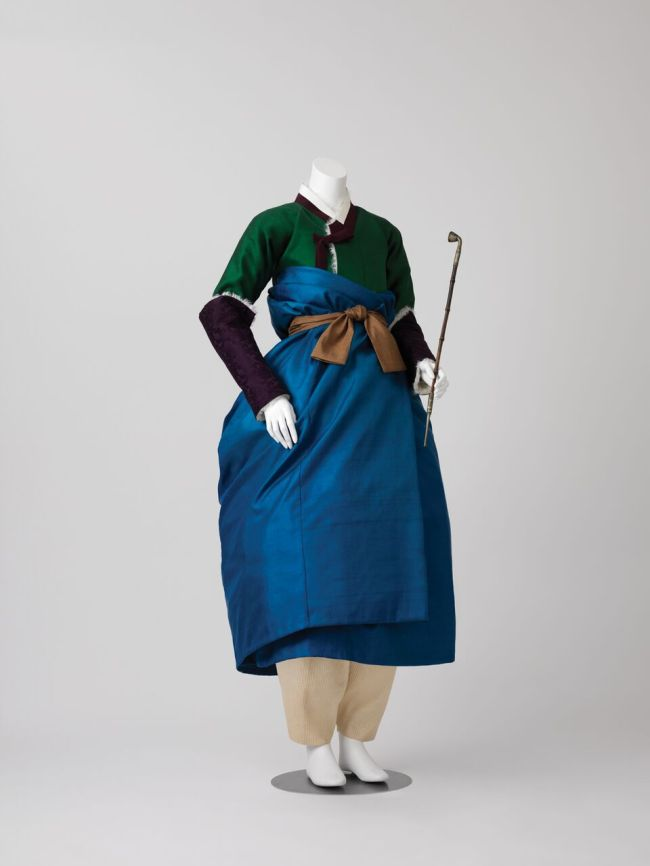 This woman's winter ensemble is a reconstruction based on an 18th-century genre painting by Shin Yun-bok. (Arumjigi Culture Keepers Foundation)