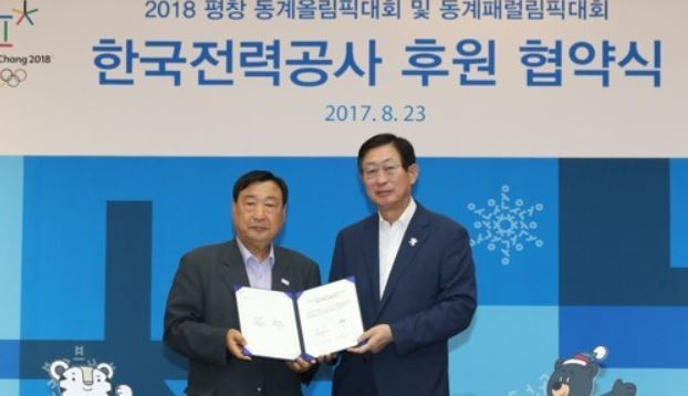 Lee Hee-beom (L), head of the 2018 PyeongChang Winter Olympics Organizing Committee, and Cho Hwan-eik, CEO of Korea Electric Power Corp. (KEPCO), pose after KEPCO became a sponsor for PyeongChang 2018 during the signing ceremony in Seoul on Aug. 23, 2017. (Yonhap)