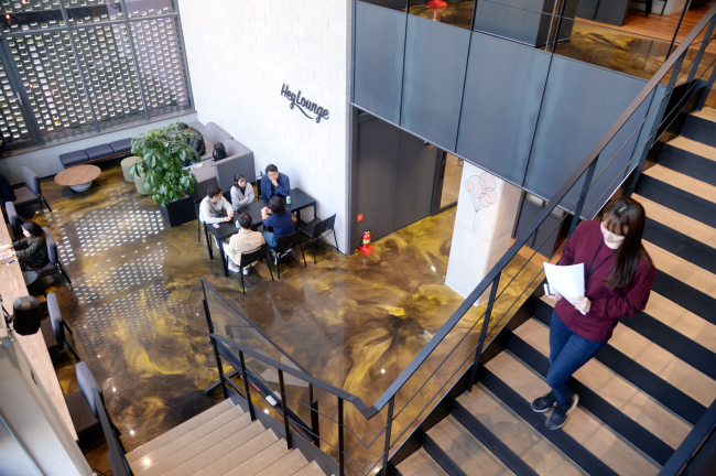 Employees enjoy a coffee break in Hey Lounge at Heyground (Park Hyun-koo/The Korea Herald)
