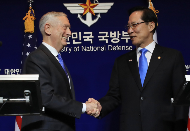 South Korea`s Defense Minister Song Young-moo(right) and his US counterpart Jim Mattis. Yonhap