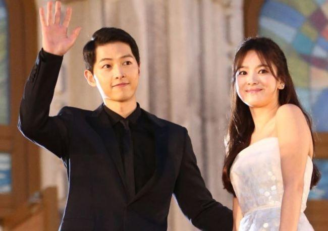 Song Joong-ki (left) and Song Hye-kyo wave to fans at the Baeksang Arts Awards ceremony in Seoul on June 3, 2016. (Yonhap)