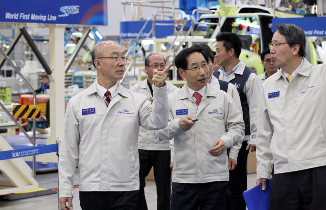 Kim Jo-won, the new chief of the Korea Aerospace Industries, inspects the company's aircraft manufacturing site in Sacheon, South Gyeongsang Province, after his inauguration on Thursday. (Yonhap)