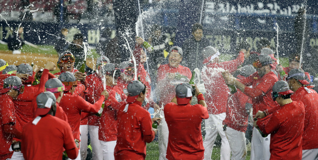 Kia Tigers celebrate their winning of the Korean Series title after defeating Doosan Bears on Monday. (Yonhap)