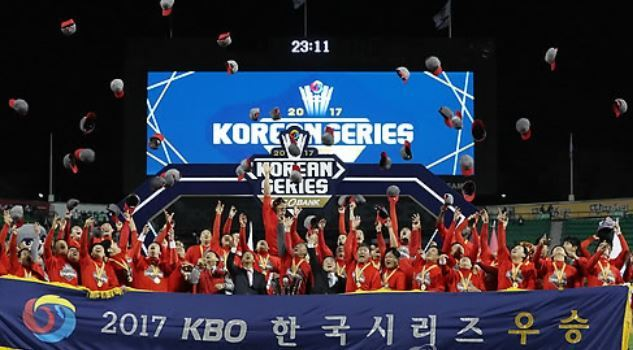 Members of the Kia Tigers throw their hats in the air in celebration of their Korean Series championship over the Doosan Bears at Jamsil Stadium in Seoul on Oct. 30, 2017. (Yonhap)