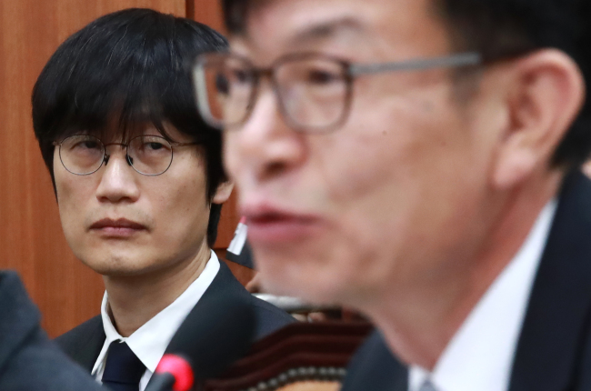 Naver founder Lee Hae-jin looks at Fair Trade Commission chief Kim Sang-jo during a parliamentary audit in Seoul on Tuesday. (Yonhap)