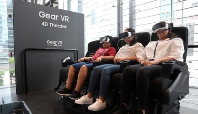 In this photo taken Oct. 27, 2017, foreign visitors experience virtual reality at Samsung Electronics Co.`s brand shop in southern Seoul. (Yonhap)