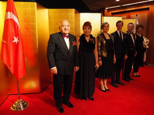 Turkish Ambassador Arslan Hakan Okcal (left) poses with his spouse Mrs. Pinar Okcal (second from left), diplomats and defense attaches of the Turkish Embassy at a reception marking the 60th anniversary of diplomatic relations between Turkey and Korea at Lottel Hotel on Monday. (Joel Lee/The Korea Herald)