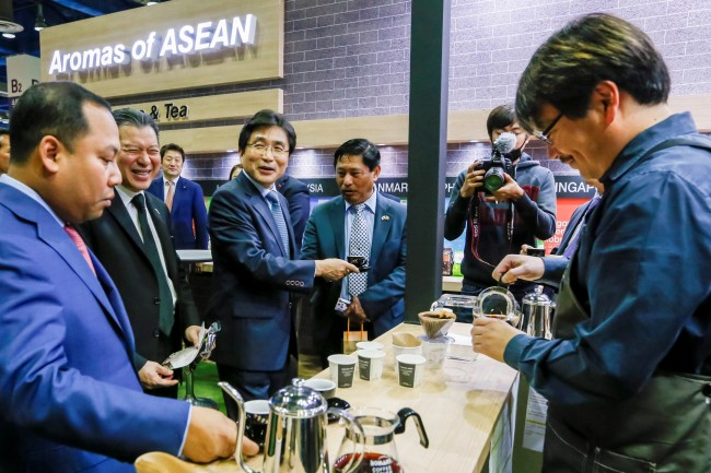 ASEAN-Korea Center Secretary General Kim Young-sun (third from left) poses with Myanmar Ambassador Thura Thet Oo Maung (center)and Cambodian Ambassador Long Dimanche (left) and Thai Ambassador Sarun Charoensuwan (second from left). (ASEAN-Korea Center)