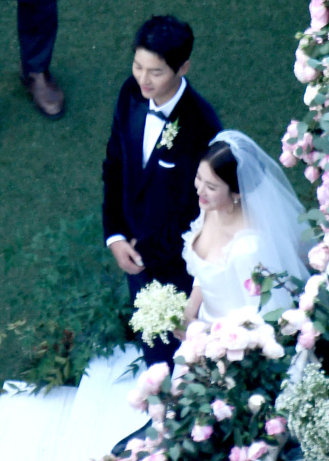 Song Joong-ki (left) and Song Hye-kyo attend their wedding ceremony at The Shilla's Yeong Bin Gwan on Tuesday. (Yonhap)