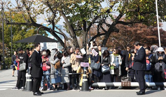 International fans wait outside The Shilla's Yeong Bin Gwan on Tuesday afternooon. (Yonhap)