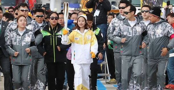 South Korean figure skater You Young (C) carries the torch for the 2018 PyeongChang Winter Olympics on Incheon Bridge in Incheon on Nov. 1, 2017. (Yonhap)