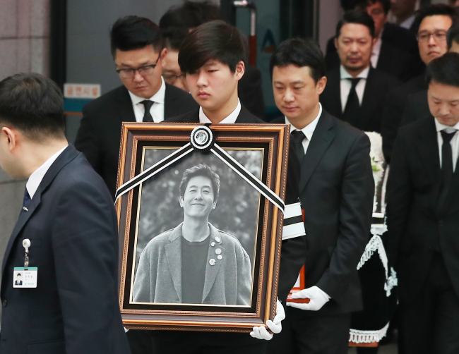 Kim Joo-hyuk's funeral procession takes place Thursday morning at Asan Medical Center in Seoul. (Yonhap)