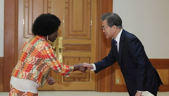 President Moon Jae-in (R) shakes hands with Difie Agyarko Kusi, Ghana`s new ambassador to Seoul, after being presented with her credentials in a ceremony held at his presidential office Cheong Wa Dae on Nov. 2, 2017. (Yonhap)