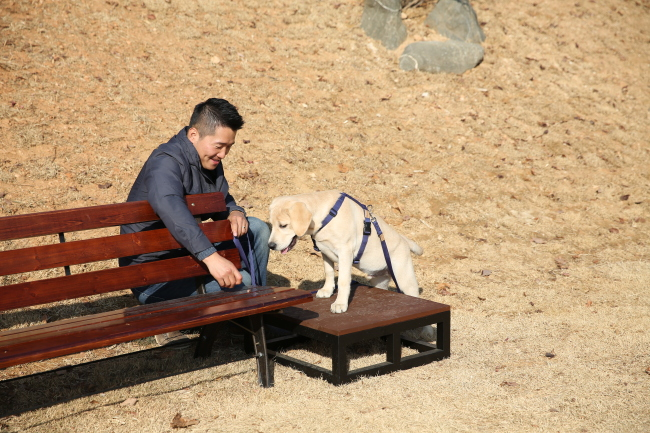 Kang with a dog (Bodeum Training Center)