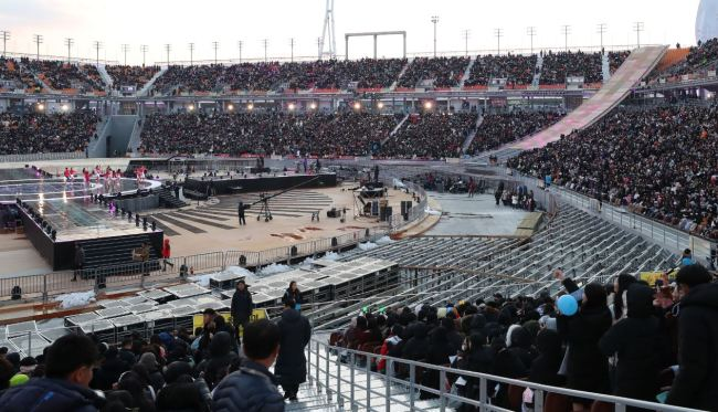 Seven people were stricken with hypothermia at an opening event for the newly completed PyeongChang Olympic Stadium on Saturday, attended by some 30,000 people.(Yonhap)