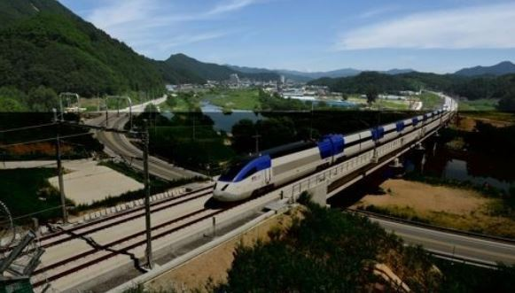 Train connecting Seoul and Gangneung (Yonhap)