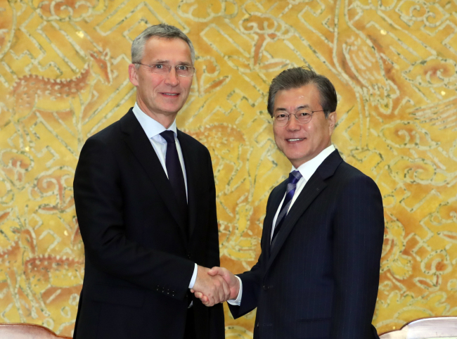 NATO Secretary General Jens Stoltenberg (left) and Korean President Moon Jae-in shake hands at Cheong Wa Dae on Nov. 2. (Yonhap)