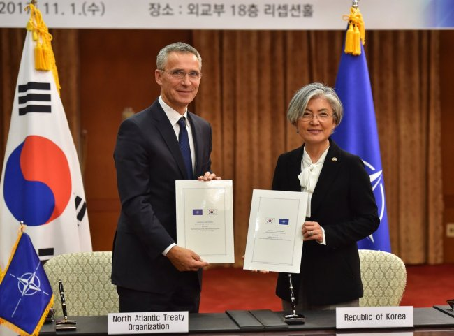 NATO Secretary-General Jens Stoltenberg and Korea Foreign Minister Kang Kyung-wha pose after signing a new partnership program at the Ministry of Foreign Affairs. (Ministry of Foreign Affairs)