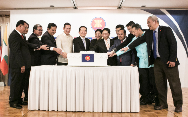 ASEAN Ambassadors and Speak of the National Assembly Chung Se-kyun (sixth from left) at a reception celebrating the 50th anniversary of ASEAN at Lotte Hotel on Thursday (Korean Culture Association)