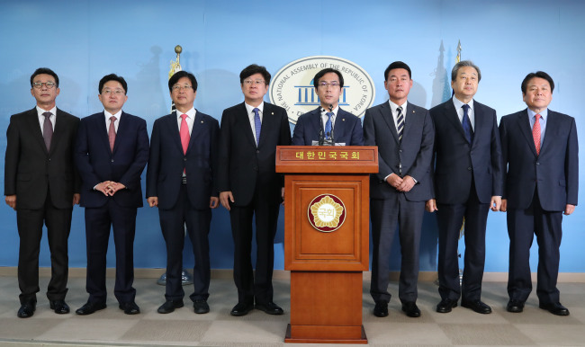 Members of minor opposition Bareun Party announce their defection at the National Assembly on Monday. (Yonhap)