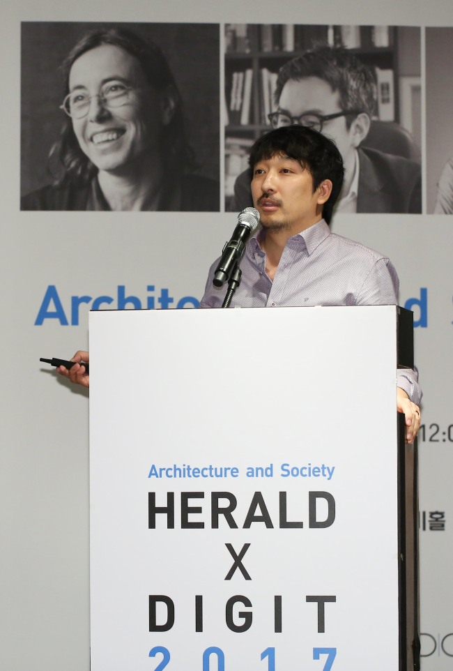 """Architect Wee Jin-bok gives a speech during a """"Herald X Dgit"""" session of the Herald Design Forum 2017 held at The Shilla Seoul in Seoul on Tuesday. (Lee Kyung-seob/The Korea Herald)"""