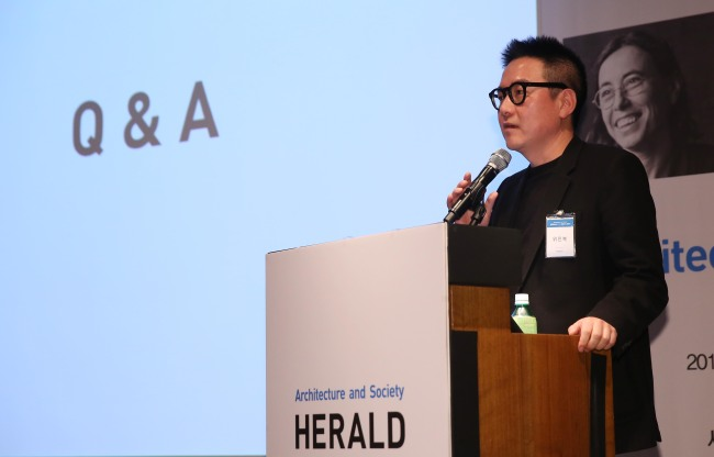 Architect Baek Hee-sung presents his speech at the Herald Design Forum 2017 held at The Shilla Seoul on Tuesday in Seoul.(Lee Kyung-seob/The Korea Herald)