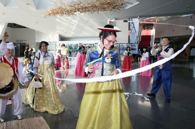 Expats take part in cultural activities at the IFEZ Global Center in Songdo, Incheon. (IFEZ)
