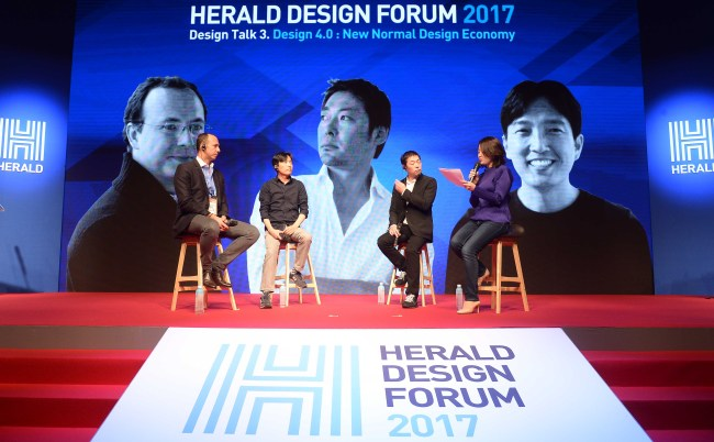 From left: Lampix CEO George Popescu, Daylight's creative director Sung Jung-gi and Balmuda CEO Gen Terao talk with Kim Ji-hyun, editor-in-chief of The Investor, during a Design Talk session of Herald Design Forum 2017 held in Seoul on Tuesday. (Lee Sang-seob/The Korea Herald)