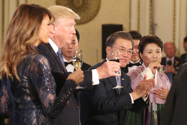 President Moon Jae-in, first lady Kim Jung-sook, US President Donald Trump and first lady Melania Trump share a toast during a state dinner at Cheong Wa Dae in Seoul on Tuesday. (Yonhap)