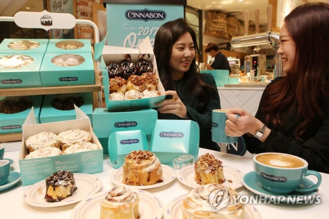 Cinnabon has opened its first Korean outlet at Hyundai Department Store's Cheonho branch in Gangdong-gu, Seoul. (Yonhap)