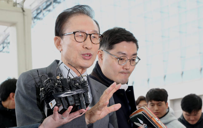 Former President Lee Myung-bak speaks to the media before boarding a plane for Bahrain at Incheon Airport, Sunday. Yonhap