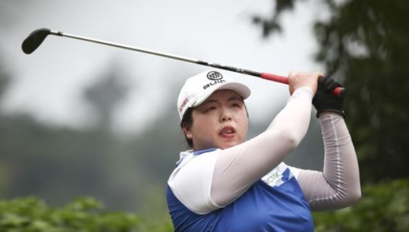 In this Associated Press photo taken Oct. 29, 2017, Feng Shanshan of China tees off at the 14th hole during the final round of the Sime Darby LPGA Malaysia at Tournament Players Club (TPC) in Kuala Lumpur. (Yonhap)
