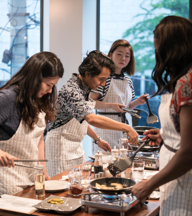 Tourists participate in a cooking class run by I Love Hansik at the company's Yeonnam-dong studio on Nov. 7. (I Love Hansik)