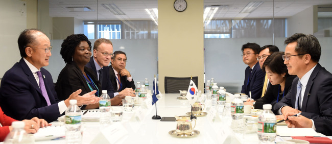 World Bank President Jim Yong Kim (left) and World Bank Regional Vice President for East Asia and Pacific Victoria Kwakwa (second from left) speak to Korean Finance Minister Kim Dong-yeon (right) and other policymakers in Washington on Oct. 15 (Yonhap)