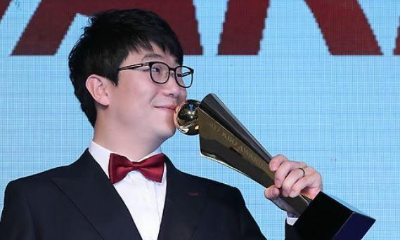 In this file photo taken on Nov. 6, 2017, Yang Hyeon-jong of the Kia Tigers kisses the regular season MVP trophy at the annual Korea Baseball Organization awards ceremony in Seoul. (Yonhap)