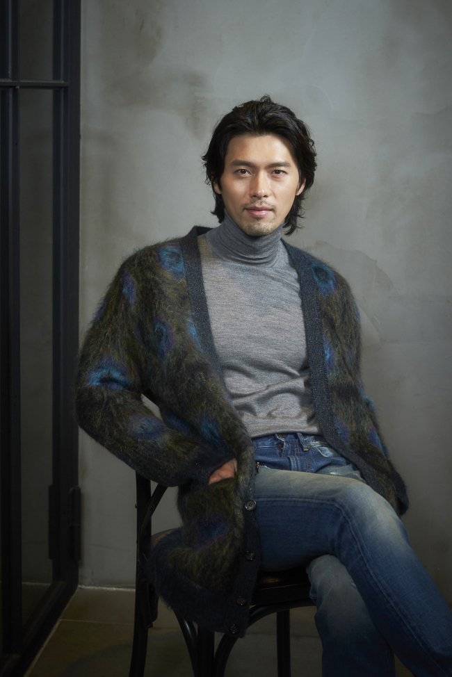 Hyun Bin poses in a photo shoot prior to an interview Monday at a cafe in Jongno-gu, Seoul. (Showbox)