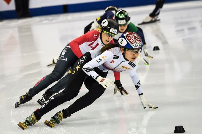 Choi Min-jeong (front) of South Korea competes in the women`s 3,000-meter relay at the International Skating Union World Cup Short Track Speed Skating in Shanghai on Sunday. (AFP-Yonhap)