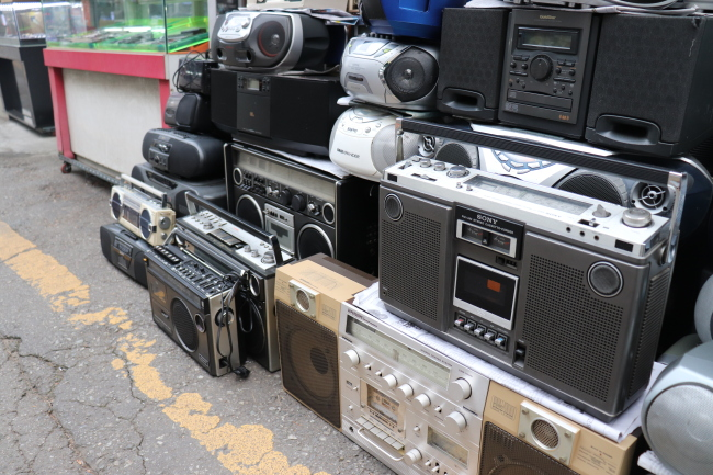 Antique used radio receivers are popular among people in their 20s and 30s (Photo by Im Eun-byel/The Korea Herald)