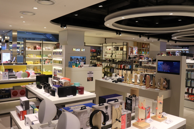Radio receivers furnished with new features at a shopping mall in Dongdaemun (Photo by Im Eun-byel/The Korea Herald)