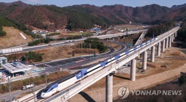 A KTX bullet train performs a test operation in PyeongChang County, Gangwon Province, on Nov. 15, 2017. The new train service will officially open in December. (Yonhap)