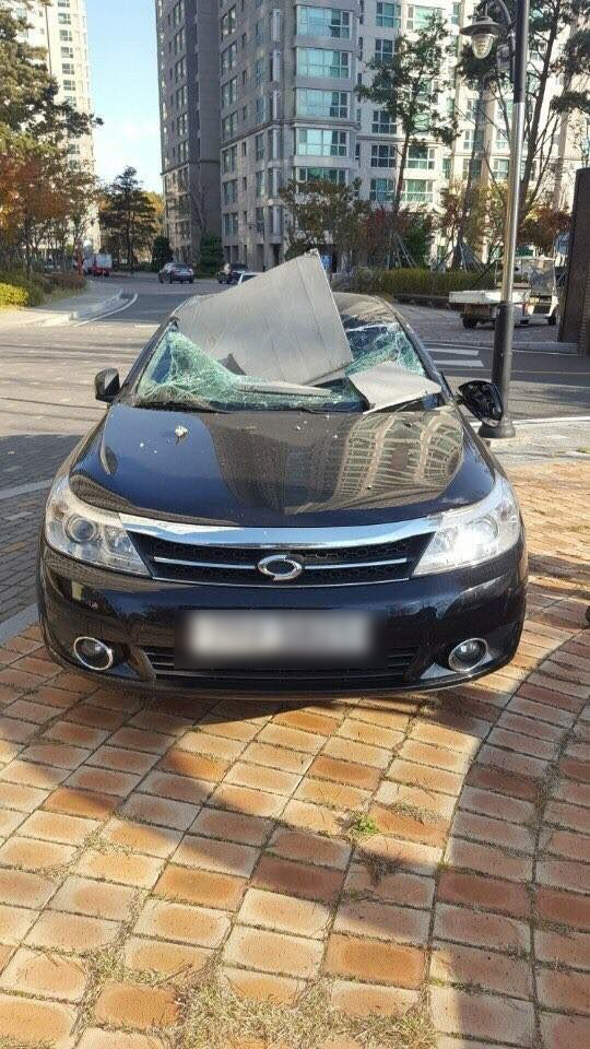 Heavy object falls on a car roof in Pohang causing damage to the vehicle. (Reader contribution from Pohang/The Korea Herald)