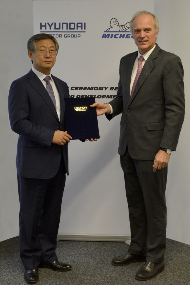 Hyundai Motor vice chairman Yang Woon-cheol and Florent Menegaux, chief operating officer of Michelin, signed the deal at Michelin's Research and Development Center in France. (Hyundai Motor)