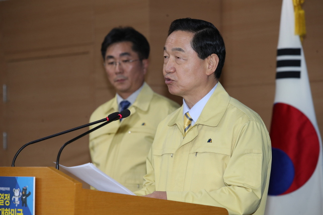 South Korea's Education Minister Kim Sang-gon speaks during an emergency press conference in Seoul, Wednesday. The state-administered college entrance exam will be pushed back to Nov. 23 due to a rare 5.4-magnitude earthquake that struck Pohang earlier on Wednesday. (Yonhap)