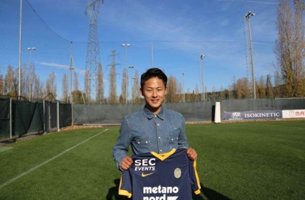 Hellas Verona`s South Korean forward Lee Seung-woo holds a team jersey at a practice ground in Verona, Italy, on Nov. 15, 2017. (Yonhap)