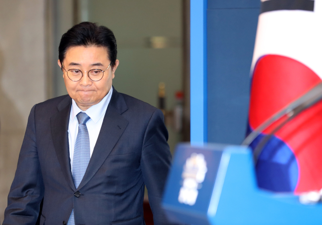 Senior presidential aide Jun Byung-hun walks into the briefing room at Cheong Wa Dae to announce his resignation on Thursday. (Yonhap)