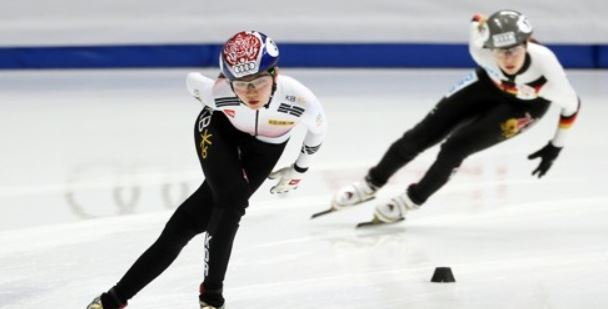 Shim Suk-hee of South Korea (L) skates to the finish line first during the women`s 1,500m heats at the International Skating Union World Cup Short Track Speed Skating at Mokdong Ice Rink in Seoul on Nov. 16, 2017. (Yonhap)