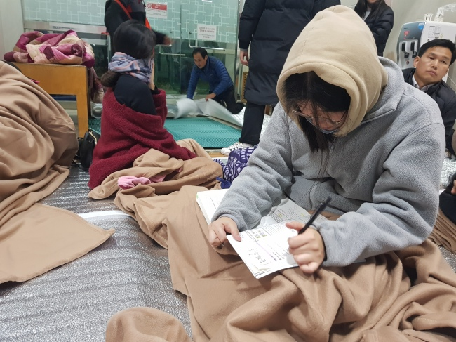 Student studies of the annual college entrace exam at a shelter in Pohang, North Gyeongsang Province, Wednesday. Yonhap